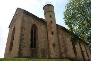 Nach dem Aufstieg auf den Gotthardsberg steht man vor der imposant aufragenden Kirchenruine.