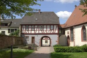 Das Torhaus bildete einst den Hauptzugang zum Kirchhof.