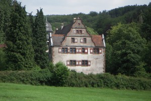 Schloss Oberaulenbach lässt sich bei einem Spaziergang von der Ferne erkunden.