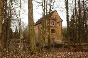 Wie im Dornröschenschlaf liegt das geschichtsträchtige Wasserschloss vor den Toren Eschaus.