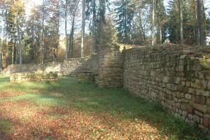 Dank der Erforschung und Inwertsetzung des Denkmals können sich Besucher heute ein Bild von dem Burgstall machen.