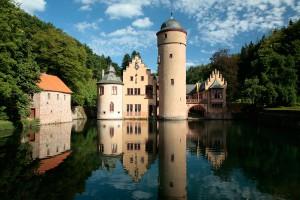 Das Wasserschloss Mespelbrunn in einer der berühmtesten Spessartansichten