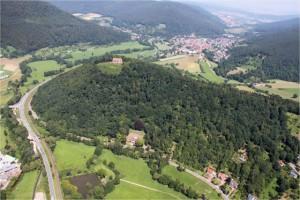 Der Gotthardsberg von Amorbach zum Main hin gesehen. Auf dem Luftbild ist die strategische Bedeutung der Anlage augenscheinlich.