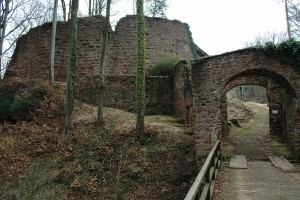 Vor Eintritt in die Burg wird man vom Zwingertor und einer mächtigen Schildmauer begrüßt.