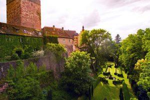 Der Barockpark mit seinen botanischen Raritäten und dem Nymphenbrunnen von James Pradier entlang seiner Lichtachse ist als integraler Teil einer Burganlage in Deutschland einmalig.