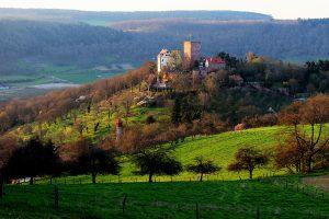 Auf einem Bergsporn gelegen thront die Gamburg ehrwürdig über dem Taubertal.