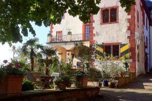Die Terrasse vor dem Burgcafé lädt mit einem herrlichen Blick ins Taubertal zum Verweilen ein.