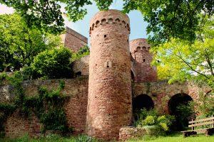 Seit dem frühen 15. Jahrhundert wird das Tor von zwei mächtigen Rundtürmen flankiert.