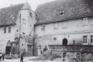 Aufnahme des Innenhofs mit Ziehbrunnen ca. 1910. Bild: Geschichtsverein Bachgau.
