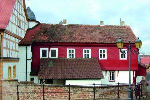 Das Gotisches Haus vor der Restaurierung mit Verschindelung und Anbau... Foto: Fotoarchiv Markt Großostheim 2003.