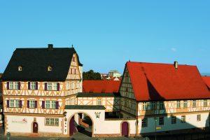 Zwischen dem Hohen Haus (links) und dem Mittelbau (rechts) liegt die Toreinfahrt. Foto: Fotoarchiv Markt Großostheim, 2008.