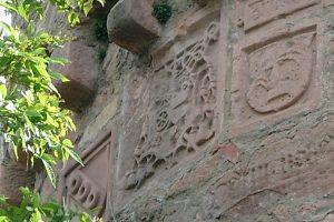 """Am 1520 erbauten """"Stumpfen Turm"""", 350 m vom Nöthigsgut entfernt, prangen die Wappen der damaligen Machthaber."""