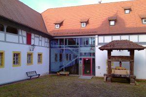 Der Eingang des Bachgaumuseums wird von einer historischen Weinpresse flankiert. Foto: Michael Abb, 2011.