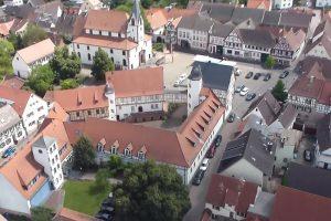 Auf dem von Nordwesten aufgenommenen Schrägluftbild erkennt man den annähernd dreieckigen Hofgrundriss. Foto: Fotoarchiv Markt Großostheim, 2011.