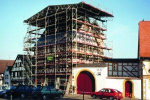 Einhausung des Hohen Hauses bei der Sanierung 2000/01. Foto: Fotoarchiv Markt Großostheim.