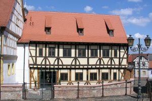 ... und nach der Sanierung mit steilem Dachstock und kontrastiertem Eingang. Foto: Fotoarchiv Markt Großostheim 2013.
