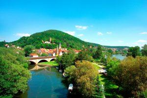 Das Panorama des von der Scherenburg regelrecht bekrönten Städtchens Gemünden lädt zu einem Besuch ein.