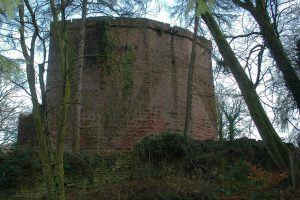 Gut zu erkennen sind die wiederverwendeten Buckelquader im unteren Teil der Schildmauer.