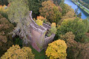Von ihrer heute bewaldeten Höhe blickt die imposante Ruine der Burg Stolzeneck ins Neckartal herab.