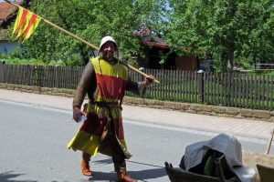 Bei 40 Grad kein Zuckerschlecken: Unser Ritter im Kettenhemd trotzte der Hitze. Foto: Gemeinde Neunkirchen