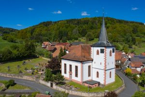Die Pfarrkirche St. Matthäus thront auf einem Geländesporn über Lohrhaupten.