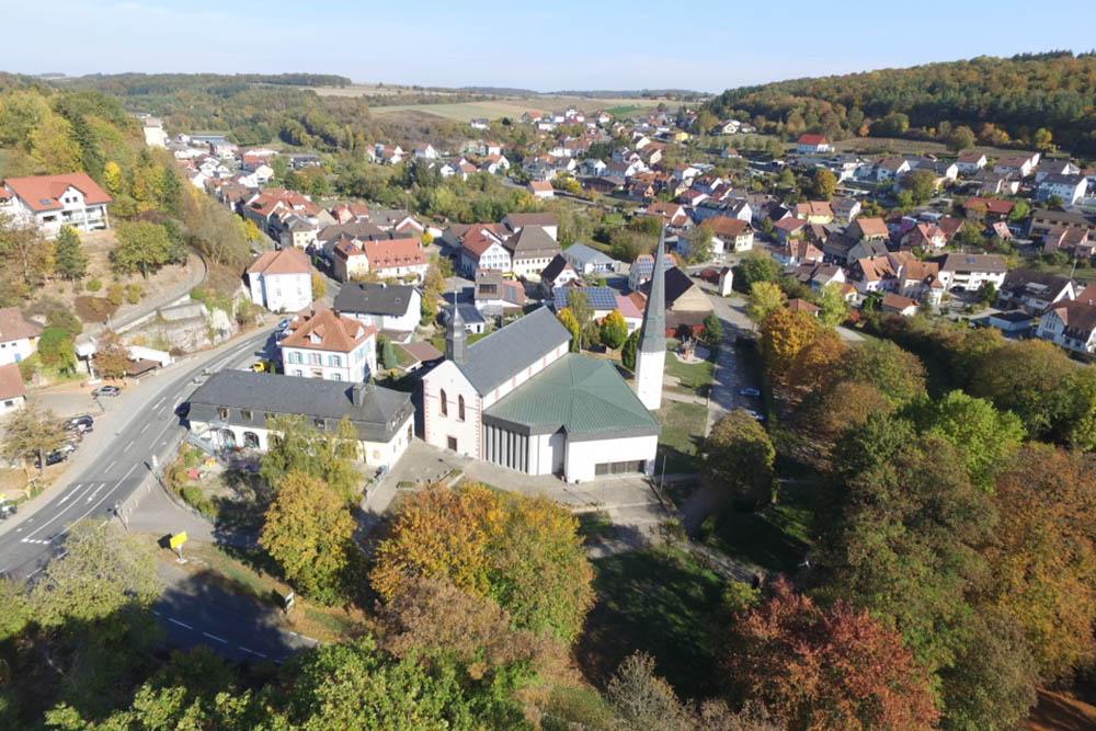 Die Pfarrkirche Billigheims aus der Luft: Die Kombination aus dem Langhaus des ehemaligen Klosters und modernem Erweiterungsbau samt Kirchturm ist aus der Luft besonders gut zu erkennen.