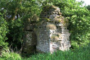 Die erhaltenen Mauerreste der Bacheburg.