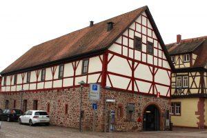 Das sogenannte Bandhaus in Lohr am Main, datiert 1415, war ein Wirtschaftsgebäude des Schlosses.