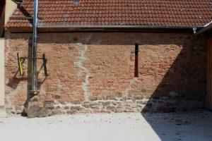 Die Mauer auf der Westseite dürfte eines der letzten erhaltenen Bauteile des historischen Hofguts sein.