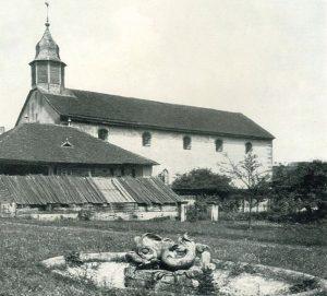 Fotografie der Klosterkirche um 1900 mit Brunnenskulptur in Form eines Delfins im Vordergrund. Blickrichtung Nordost. Quelle: Gemeinde Billigheim