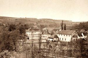Die einzig bekannte Fotografie, die das Leininger Schloss und die ehemalige Klosterkirche um 1900 zeigt. Blickrichtung Nordwesten. Foto: Verlag A. Mencke