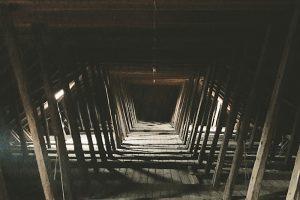 Blick in den über 800 Jahre alten Dachstuhl: eine Sparrenkonstruktion mit Kehlbalken und schräg gegen die Dachneigung gestellten Querbünden. Foto: Christopher Heck