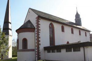 Die im Kern romanische Kirche weist auch einige gotische Elemente, wie das große Maßwerkfenster, auf, die vmtl. erst im 14./15. Jh. hinzugefügt wurden.