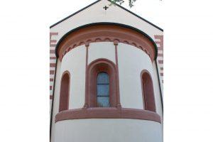 Die Apsis ist mit ihren relativ kleinen Rundbogenfenstern, zwei Pilastern mit Würfelkapitellen und dem gestuften Rundbogenfries in klaren romanischen Formen gestaltet.