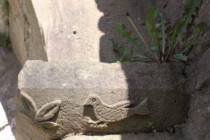 ... Zweig und Taube wirkt romanisch.