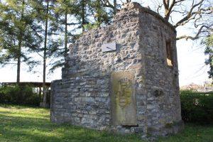 Die Kirche am Arcoplatz wurde trotz ihres ruinösen Zustands auch in jüngerer Zeit noch umgestaltet, wie mehrere sekundär in ihr vermauerte Epitaphplatten deutlich zeigen.