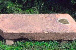 Die vermeintlich für Jorg Bache vorbereitete Grabplatte mit Markierung des Wappens. Foto und Bearbeitung: Wolfgang Hartmann