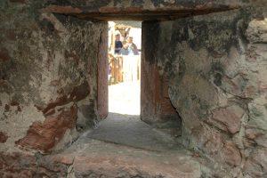 Der Treppenturm verfügt über Schießscharten mit Prellhölzern (Aussparungen rechts und links) für Hakenbüchsen. Foto: Burglandschaft