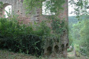Der Rundbogenfries der inneren Ringmauer im Nordwesten. Dahinter der Wohnbau mit Erweiterung (Baufuge). Foto: Burglandschaft