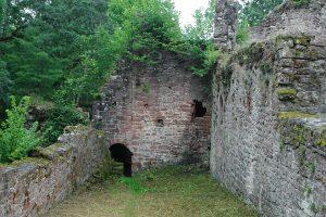 Der im Osten aus der inneren Ringmauer (rechts) hervortretende Turm wurde nach Osten erweitert (Baufuge). Foto: Burglandschaft