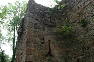 Schießscharten am südöstlichen Eckturm der äußeren Mauer. Foto: Burglandschaft