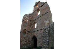 Die östliche Giebelwand des Westbaus mit Treppenturm. Foto: Burglandschaft