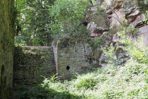 Die den Halsgraben sperrende Kaponniere mit dem am Fels anschließenden Schützenbau. Foto: Burglandschaft