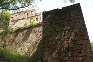 Schießscharten am südwestlichen Eckturm der äußeren Mauer. Foto:Burglandschaft