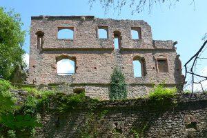 Die Westwand des Wohnbaus sitzt auf der älteren Ringmauer. Links unten der Anschluss des Rundbogenfrieses. Foto: Burglandschaft