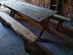 Tische und Bänke wie diese sind kostengünstig in einem einfachen Stecksystem aus Eichenholz gefertigt und überaus robust. Diese Art des Mobiliars ist authentisch mittelalterlich, einfach zu Handhaben und lässt sich beliebig erweitern oder kombinieren.