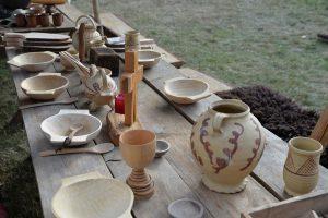 Speisen wie ein Ritter: Beispiel für eine mittelalterlich gedeckte Tafel.